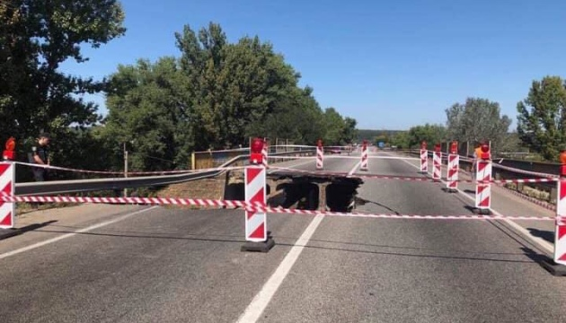"""Перевантажена фура """"обвалила"""" міст біля Харкова - Укравтодор"""