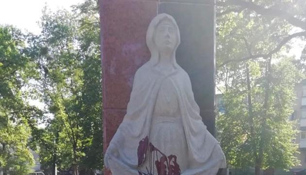 Під Житомиром вандали облили червоною фарбою пам'ятник захисникам України