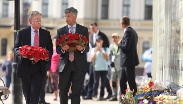 ボルトン米大統領補佐官、ドンバス紛争の死者追悼碑に献花