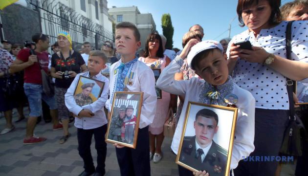 Годовщина Иловайска: родственники погибших пришли под посольство РФ в Киеве