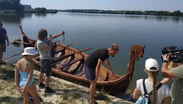У Рівному спустили на воду бойовий човен вікінгів