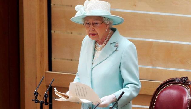 Британская королева впервые после изоляции появилась на людях