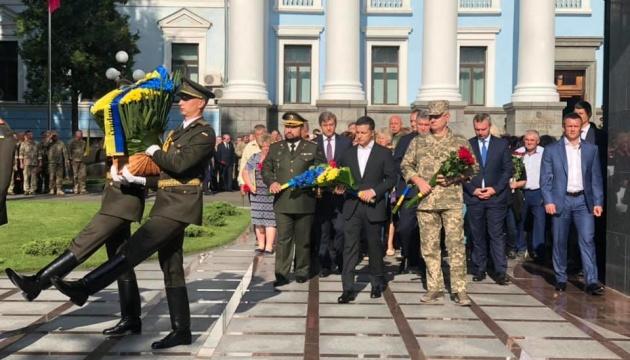 ゼレンシキー大統領、ドンバス地方の戦死者を追悼