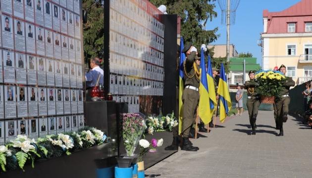 Хвилиною мовчання та салютом вшанували у Чернігові пам'ять загиблих захисників