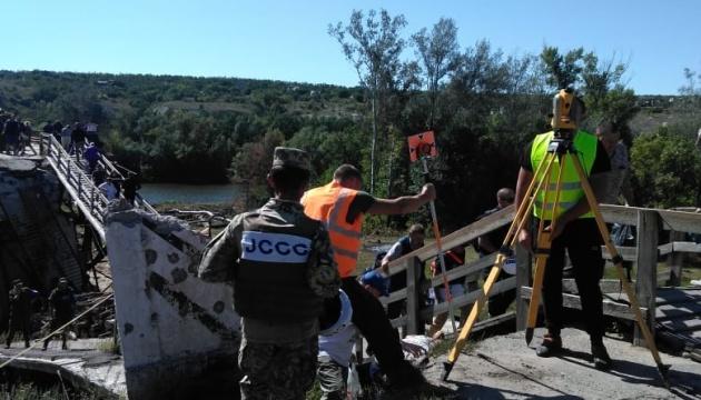 Піротехніки спустилися під зруйновану частину мосту в Станиці