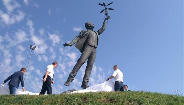 Кличко відкрив пам'ятник Сікорському біля аеропорту