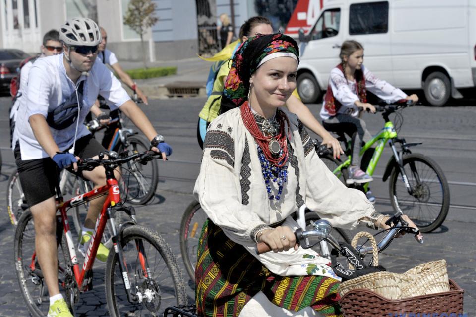 Велопарад в вышиванках в Виннице / Фото: Александр Лапин, Укринформ