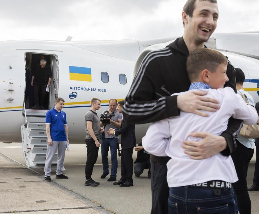 Володимир Лісовий (біля літака з президентом Зеленським вітається Володимир Терещенко)