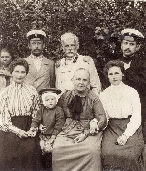 Зліва направо - стоять син Дмитро, М. Ф. Сумцов, зять В.О. Бішоф; сидять дружина Дмитра Ніна, їх син Сергій, К.Д. Сумцова, донька Марія