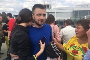 На Сумщине встретили освобожденного из российского плена моряка