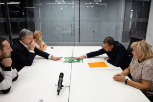 Poroshenko meets with Sushchenko, congratulates him on his release. Photos