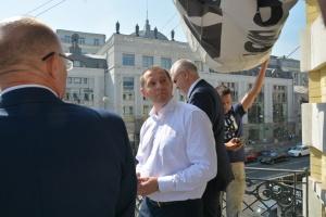 Роман Сущенко зняв з будівлі Укрінформу плакат #ВОЛЮСУЩЕНКУ