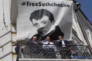 Roman Suszczenko usunął plakat #FREESUSHCHENKO z budynku Ukrinform ZDJĘCIE, WIDEO