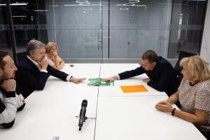 Poroshenko se reúne con Súshchenko y le felicita por su liberación