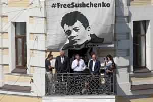 Román Súshchenko elimina la pancarta #FreeSushchenko del edificio de Ukrinform