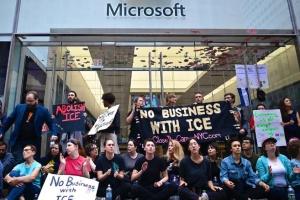 Поліція Нью-Йорка затримала 76 осіб під магазином Microsoft