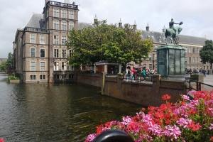 Амстердам відправляє туристів до Гааги