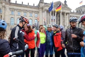 Возле Бундестага финишировал велопробег из Украины с участием незрячих