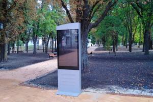 На Черниговском валу появился сенсорный стенд для туристов