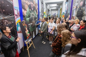 Киевским школьникам устроили экскурсию по фотовыставке в Офисе Президента