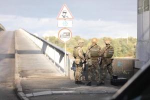 Терориста з мосту Метро доставили до поліцейського відділку