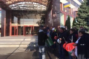 Под офисом Приватбанка в Днипре бастуют 500 работников завода Коломойского