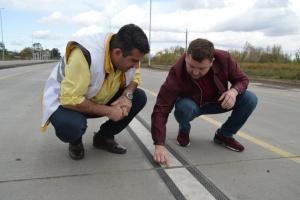 На первой в Украине бетонной автотрассе наносят разметку по новой технологии