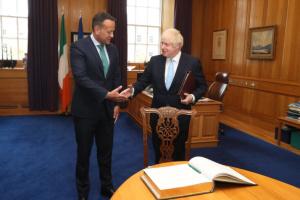 Прем'єру Ірландії вручили пляшечку святої води перед зустріччю з Джонсоном