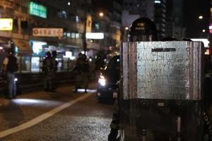 В Гонконге протестанты возводят баррикады, полиция применила слезоточивый газ