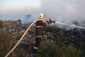На Миколаївщині від учора гасять пожежу на сміттєзвалищі