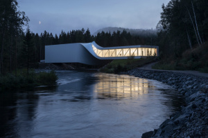 В Норвегии открыли закрученный мост-галерею