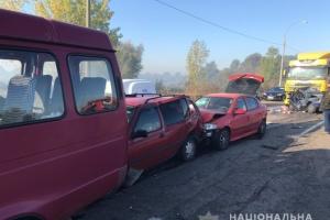 Під Києвом на окружній у ДТП потрапили дев'ять авто, є загиблий