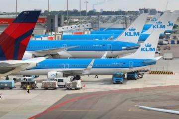 На рейсах авіакомпанії KLM пасажирів зобов'яжуть носити захисні маски