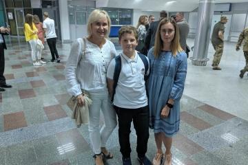交換対象のスシチェンコ・ウクルインフォルム記者の家族、ボリスピリ空港に到着