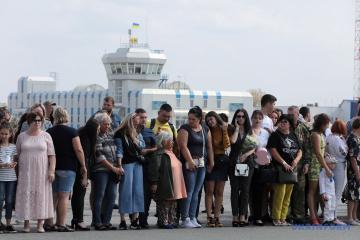 Samolot z wyzwolonymi Ukraińcami wylądował w Boryspilu. Zełenski się wita WIDEO