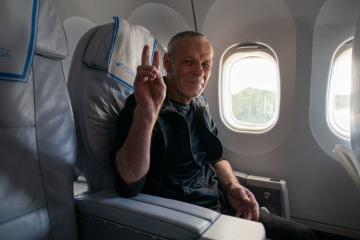 解放されたウクライナ人たちの飛行機機内での写真