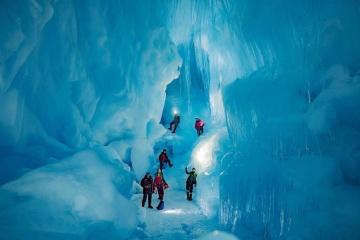 【写真】ウクライナの調査団、南極にて氷の洞窟への入口を再発見
