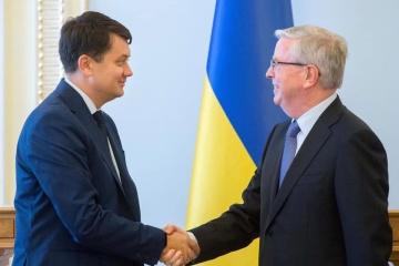 Razumkov asegura a Cox: Estamos decididos a cambiar la Rada a un ritmo rápido