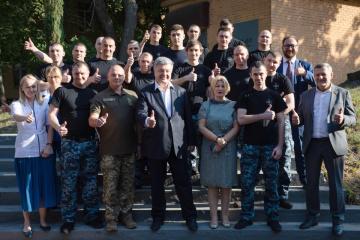 ポロシェンコ前大統領、解放された海軍軍人たちと面会