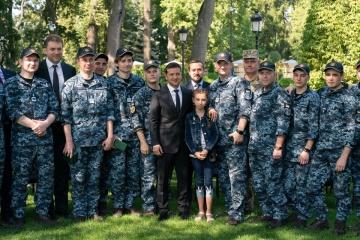 Zelensky se reúne con marineros ucranianos liberados del cautiverio ruso