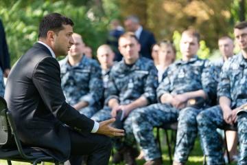 Zaproszenia na ślub i problemy mieszkaniowe -  Zełenski spotkał się ze zwolnionymi marynarzami ZDJĘCIE
