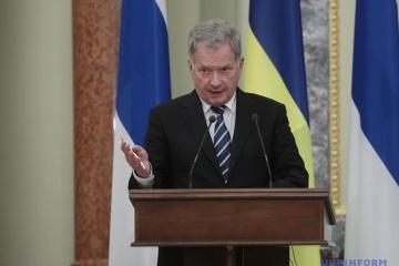 El presidente de Finlandia dice que discutió la situación en Ucrania con Macron y Putin
