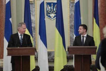 El presidente de Finlandia invita a Zelensky a visitar su país
