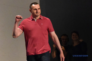 'Russian Federal Penitentiary Service, burn in hell!' Sentsov burns his prison uniform. Video