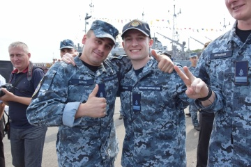 解放された海軍軍人、オデーサの基地へ帰還