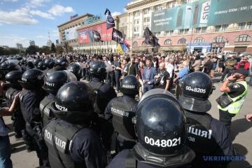 Марш рівності у Харкові закидали яйцями та сміттям: з центру їх вивела поліція