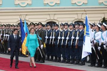 Selenskyj begrüßt Zuzana Čaputová mit militärischen Ehren – Fotos, Video