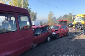 Torfbrand verursacht Unfälle mit vielen Autos nahe Browary, ein Mensch stirbt - Fotos