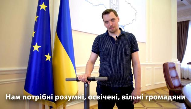 ホンチャルーク首相、閣僚会議の建物をスクーターで紹介する動画公開