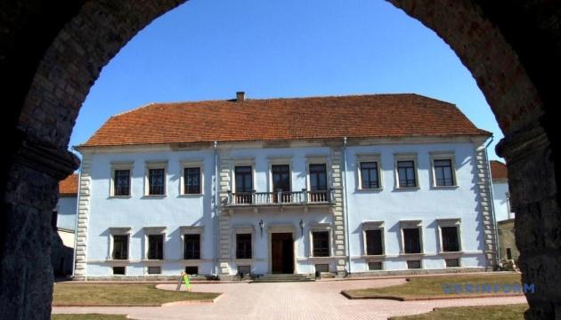 Коллекция Збаражского замка пополнилась столетними хоругвями
